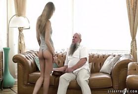 Caomei Bala e Jimena Lago a nudo e parlare tra loro, seduto su un divano.